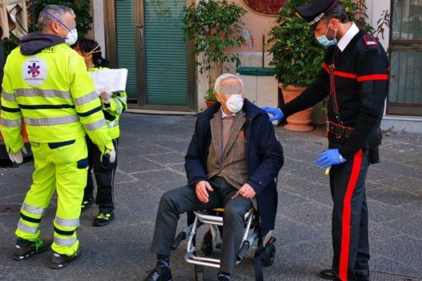 Anziano sviene in Piazza Università