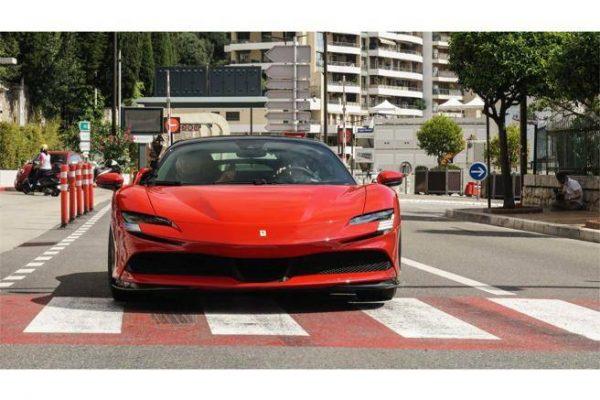 Film celebra la Ferrari SF90 Stradale Il principe Alberto recita per Lelouch