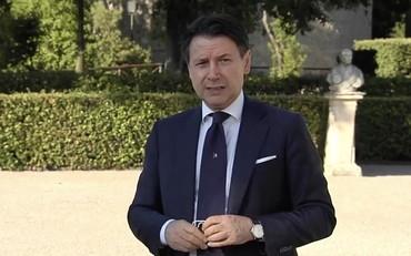 Giuseppe Conte in bambola, così svicola con Giorgia Meloni e Matteo Salvini