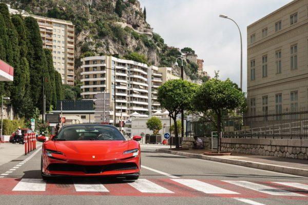 """""""Le Grand Rendez-vous"""": presentato il film con Leclerc e la Ferrari SF90 Stradale"""