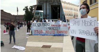 """Lombardia, specializzandi protestano sotto la Regione: """"Con la pandemia in prima linea, ora fantasmi"""