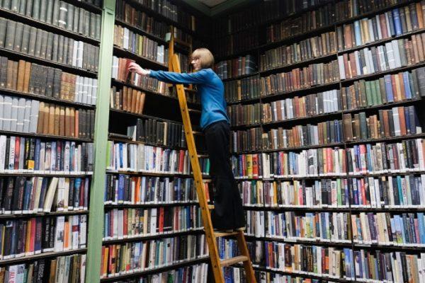 Biblioteche, librerie, falsi lettori: gli stereotipi sui libri svelati da Calasso