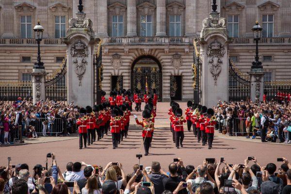 Buckingham Palace, tutto quello che c'è da sapere sul cambio della guardia