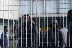 """Immigrazione, tunisino massacra poliziotto e fugge dal centro di accoglienza: """"Numerose fratture"""""""