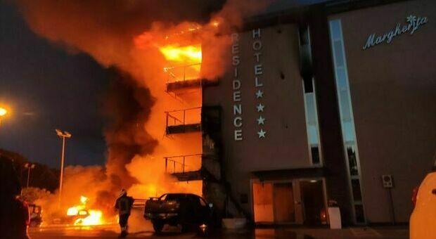 Incendio all'Hotel a Montalto marina, tre piani avvolti dal fuoco