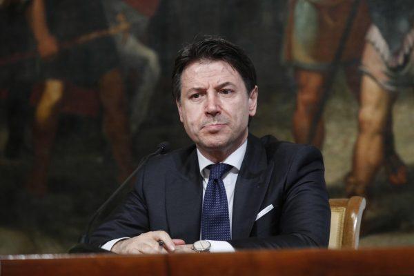 L'economia dell'Italia affonda e Conte vara un decreto vuoto