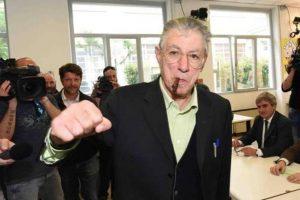 Umberto Bossi ricoverato a Varese: gli antinfiammatori hanno provocato un'ulcera
