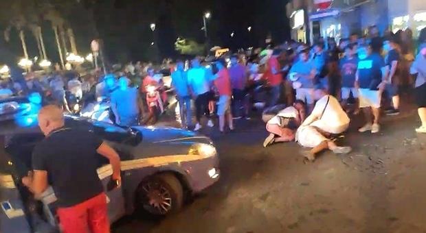 Carabiniere interviene per sedare una lite nella movida: pestato con caschi e sedie, è grave