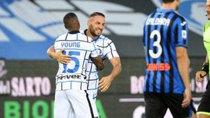D'Ambrosio-Young, l'Inter supera l'Atalanta e si prende il secondo posto