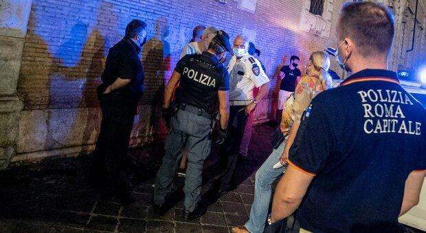 «La mascherina non la metto». E rompe la mano al vigile: 22enne arrestato a Fontana di Trevi