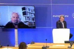 """Grillo: """"Credo nella democrazia diretta, non nel Parlamento. Gli eletti? Meglio se estratti a sorte"""". E difende Rousseau"""