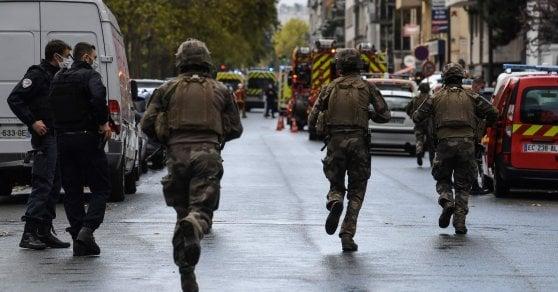 Parigi, quattro accoltellati vicino alla vecchia sede di Charlie Hebdo. Interviene l'antiterrorismo