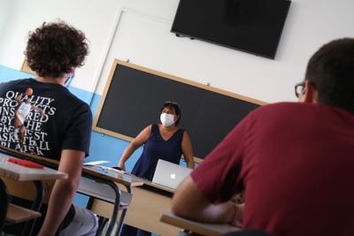Scuola, Crisanti: Mascherine vanno portate anche al banco