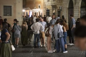 Covid: contagi record 2500 in 24 ore, nel Lazio mascherine all'aperto – Salute & Benessere