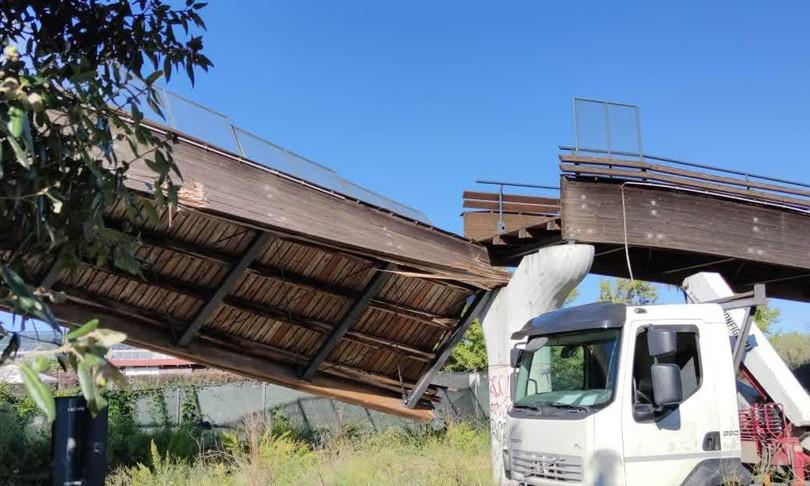 crolla ponte su pista ciclabile roma via laurentina