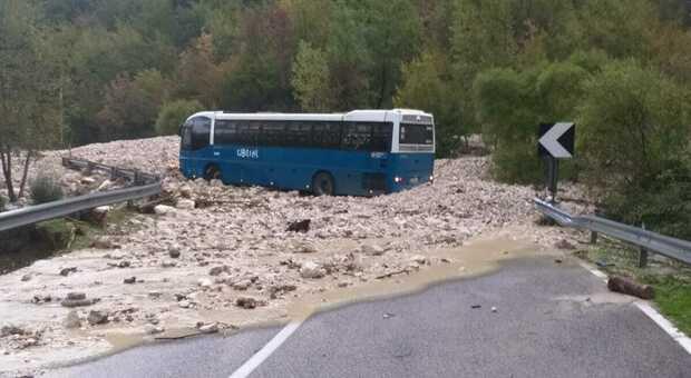 Maltempo a Cassino: crolla un ponte a Picinisco, auto in acqua ma nessun ferito