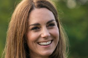 Kate Middleton sfoggia un look total red e risplende accanto a William