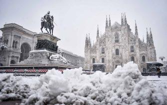 Foto LaPresse - Claudio Furlan 28/12/2020 - Milano (Italia) Neve a Milano In the photo: Piazza Duomo Photo LaPresse - Claudio Furlan December 28, 2020 - Milan(Italy) Snow in Milan In the photo: Piazza Duomo