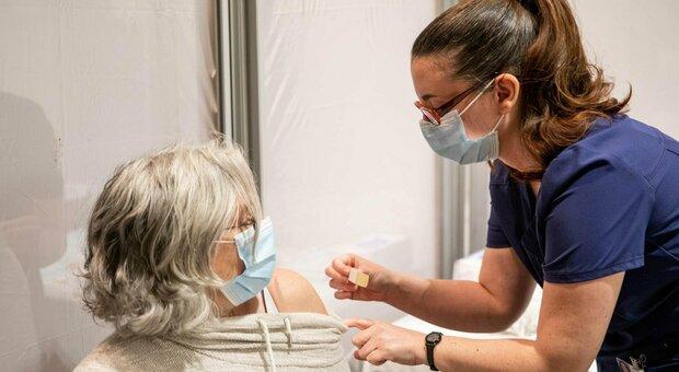 Vaccino Pfizer, dall'efficacia a chi deve farlo e quanto costa: 35 domande e risposte dell'Aifa