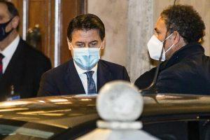 Governo Conte, cosa succede ora: piano per ampliare (in fretta) la squadra, nodo Renzi