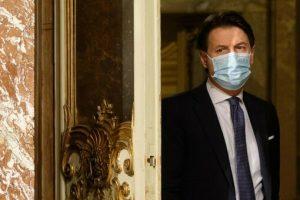 Governo, Conte: «Ora governo di salvezza nazionale». L'apertura a Renzi