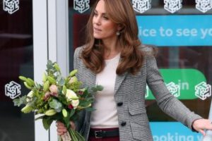 Kate Middleton torna al lavoro: la giacca è una favola ma la pettinatura è sbagliata
