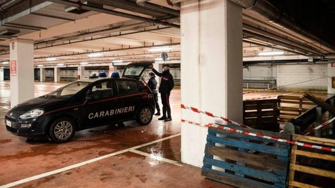 Carabinieri nel parcheggio in cui è accaduto l'incidente