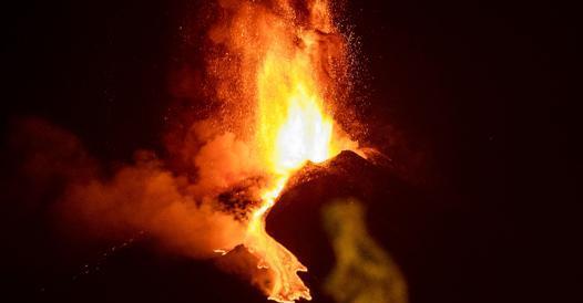 Etna, nuova eruzione: è la sesta in otto giorni. L'esperto: «Un record»