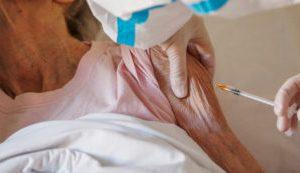 Le giravolte del Veneto sui vaccini prima agli 80enni e poi ai più anziani