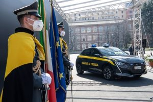 Peugeot e-208: consegnato il primo esemplare alla Guardia di Finanza