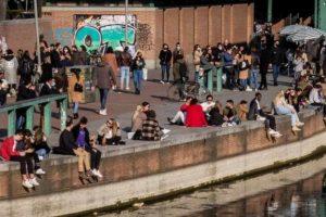 Covid, folla a Milano sulla Darsena: scattano i blocchi degli ingressi