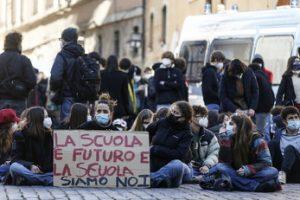 Draghi studia la rivoluzione: super zona rossa e nuove misure per la scuola