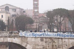 """""""Lo sport merita rispetto"""": striscioni sui ponti di Roma"""