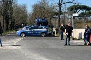 Roma, tragico inseguimento alla periferia est: volante polizia travolge un'auto, morta una 17enne