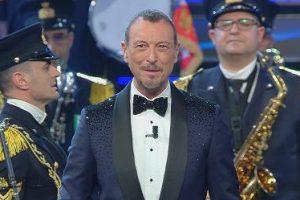 Sanremo2021, la finale: si apre con l'Inno di Mameli. Omaggio di Fiorello a Little Tony