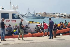 Sbarcati 371 migranti nella notte a Lampedusa