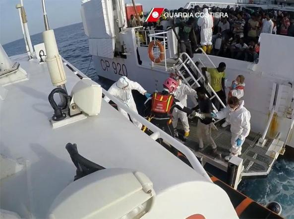 Il trasbordo di immigrati salvati dalla «Gregoretti»