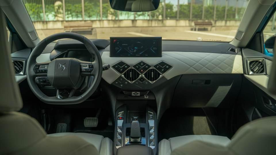 DS3 Crossback gli interni con pelle Bastille e padiglione Chiaro