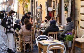Alcune persone sedute in un ristorante nel quartiere di Trastevere. Roma, 14 febbraio 2021 ANSA/MASSIMO PERCOSSI