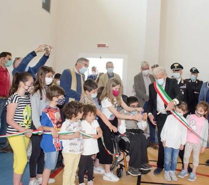 L'inaugurazione del. palazzetto con il sindaco e i bimbi e il questore di Lucca Alessandra Faranda Cordella