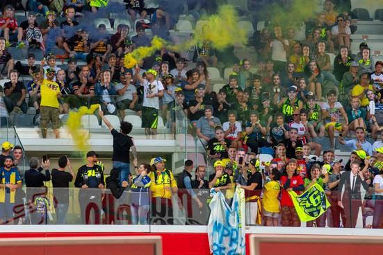 Tifosi. scatenati in tribuna al Mugello, con fumogeni gialli e una miriade di numeri 46 per sostenere Valentino Rossi: una tradizione però ancora sospesa