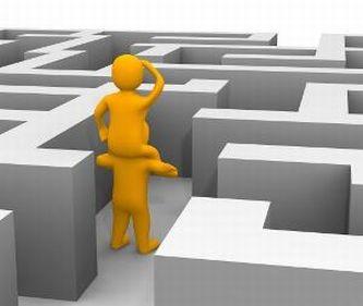 Dentro un labirinto un omino ne sorregge un altro che scruta fuori dal labirinto stesso