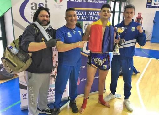 Murea con la coppa insieme a Hoday e il team dello Sport Club. Virtus