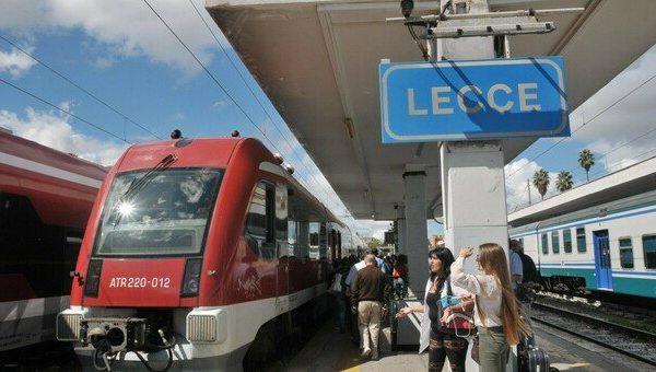 Al mare in treno e pullman: il turismo riaccende i motori. La guida su come muoversi nel Salento