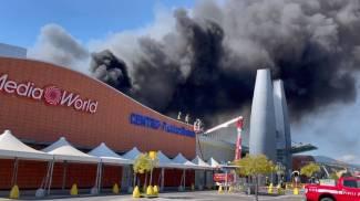 Un momento dell'incendio (New Press Photo)