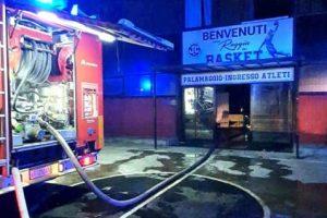 Incendio in palazzetto sport a Caserta, indagine su cause