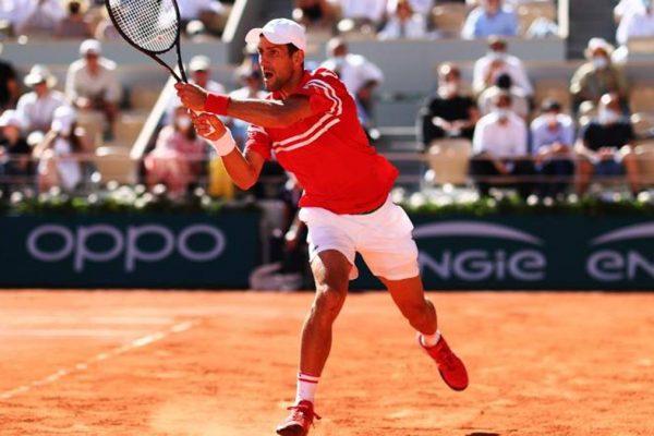 Roland Garros, Djokovic-Tsitsipas 1-2. Nole accorcia le distanze e vince il 3° set