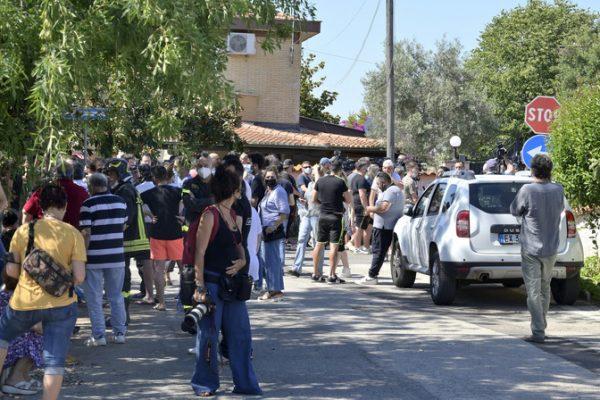Uccide anziano e 2 bambini, poi si barrica in casa e si suicida – Ultima Ora