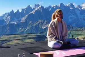Yoga e sport di montagna: un connubio perfetto. Ecco i benefici