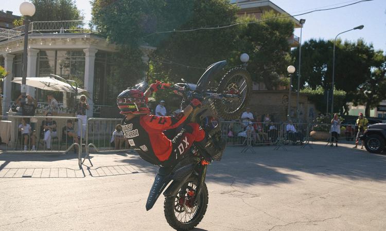 """A Civitanova rombano i motori di """"Mask to Ride"""": una carovana di sport e solidarietà"""